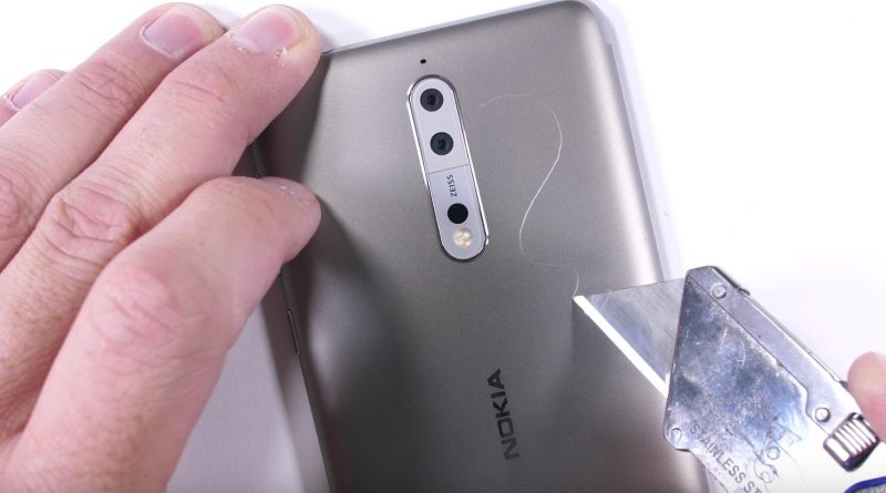 Nokia 8 na torturach u JerryRigEverything