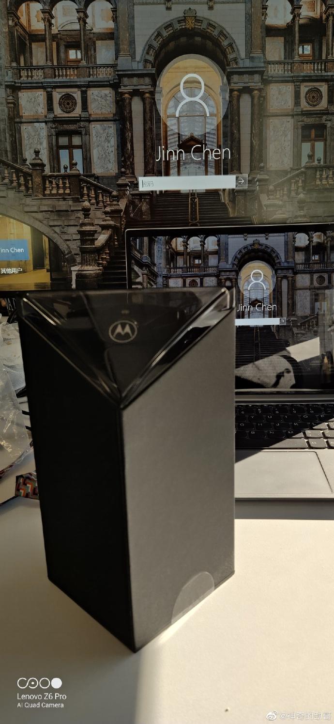 Motorola Razr 2019 cena kiedy premiera plotki przeciek wycieki oponie specyfikacja techniczna dane techniczne opakowanie zdjęcia